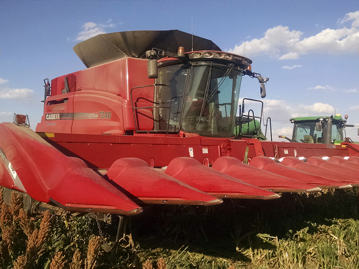 Red Case IH combine with ARRO®.